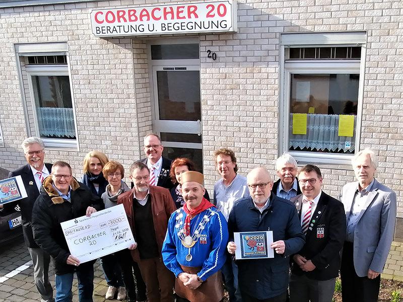 """Menschengruppe vor der Begegnungsstätte """"Corbacher 20""""."""